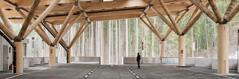 Rundsützen aus Brettschichtholz in unterschiedlichsten Formen tragen das Dach des Wertstoffhofs.