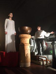 Die geschwungene Rundstütze aus Fichte steht bei der Inszenierung von Selcuk Cara im Rampenlicht.